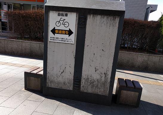 ケヤキ通りの箱スツール