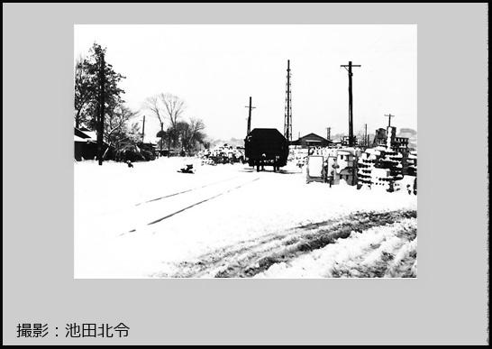 雪の砂利線風景